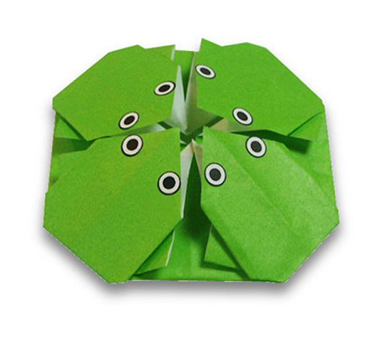 おりがみくらぶ(新宮文明)さんによる4ひきのかえるの折り紙
