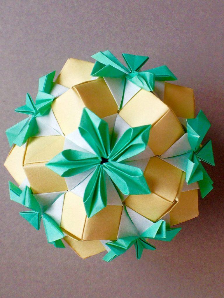 かみなが らんさんによるくす玉 花の折り紙