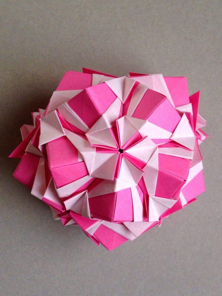 かみなが らんさんによるくす玉 椿の折り紙