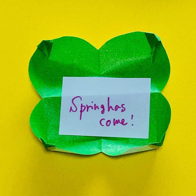 yuhpandaさんによる四つ葉のクローバーのカードスタンドの折り紙