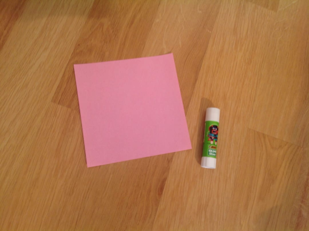 まずは自分の好きな色の折り紙(どのサイズでも可能です)とスティックのりを用意して下さい。