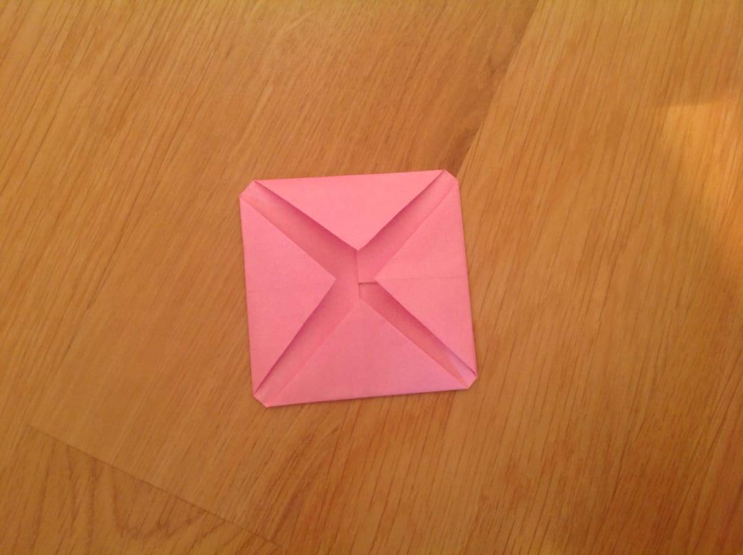 またさらに真ん中にむけて折るのですが、注意してほしい点が一つあります。真ん中にむけて折る時に自分が想像している座布団の厚みの分だけ真ん中から空けておきます。
