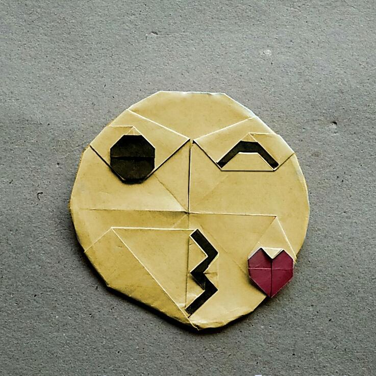 ハディさんによる絵文字 😘の折り紙