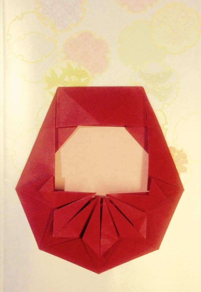 竹内ケイさんによる達磨の折り紙