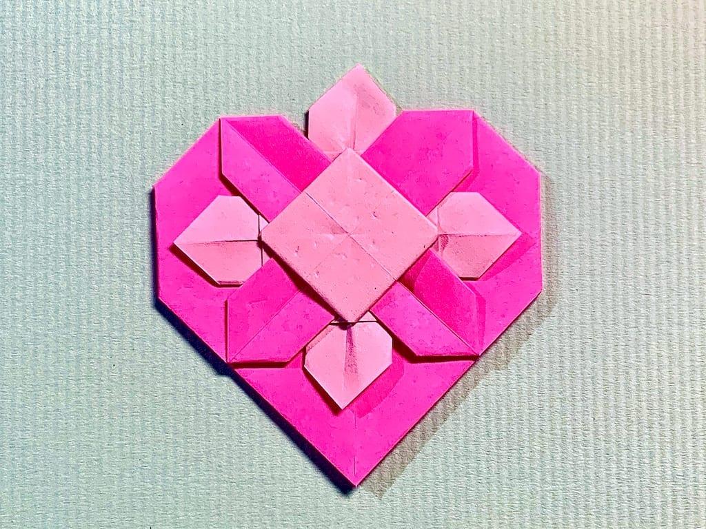 竹内ケイさんによるハートの折り紙