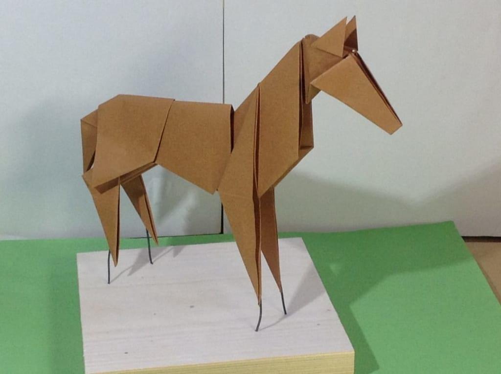 竹内ケイさんによるウマの折り紙