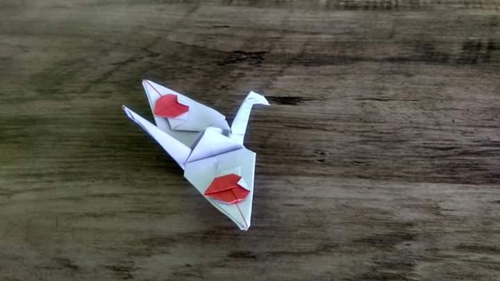 ハディさんによる2ハートをくわえた鶴の折り紙