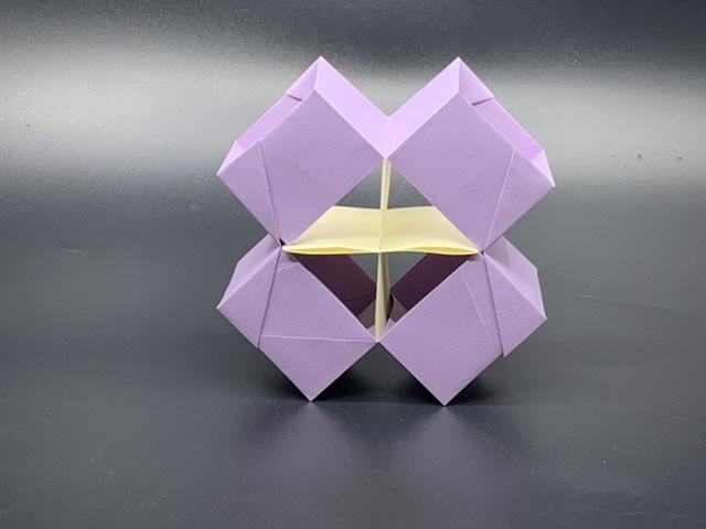竹内ケイさんによる十字のオブジェの折り紙