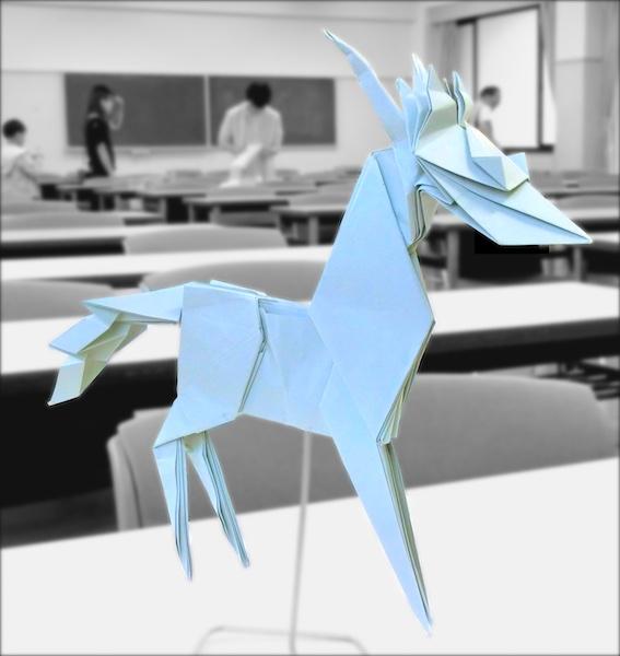 竹内ケイさんによる麒麟の折り紙