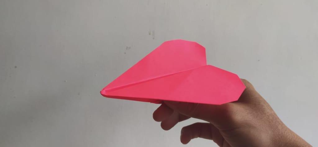 ハディさんによるハート型の紙飛行機の折り紙