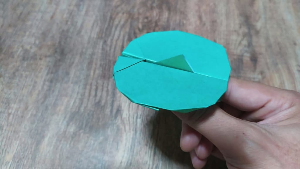 ハディさんによる空飛ぶ円盤の折り紙