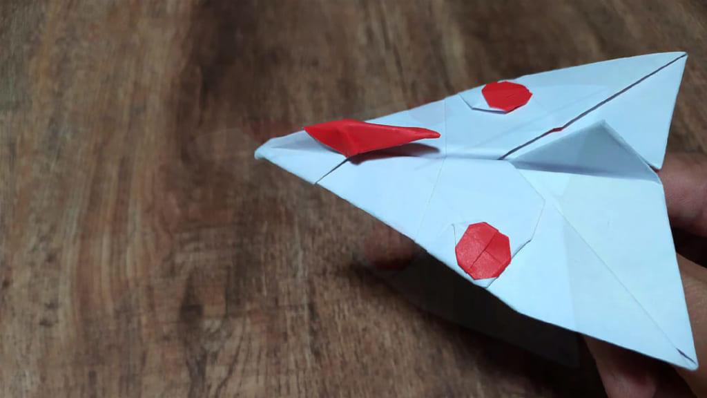 ハディさんによる紙飛行機の折り紙