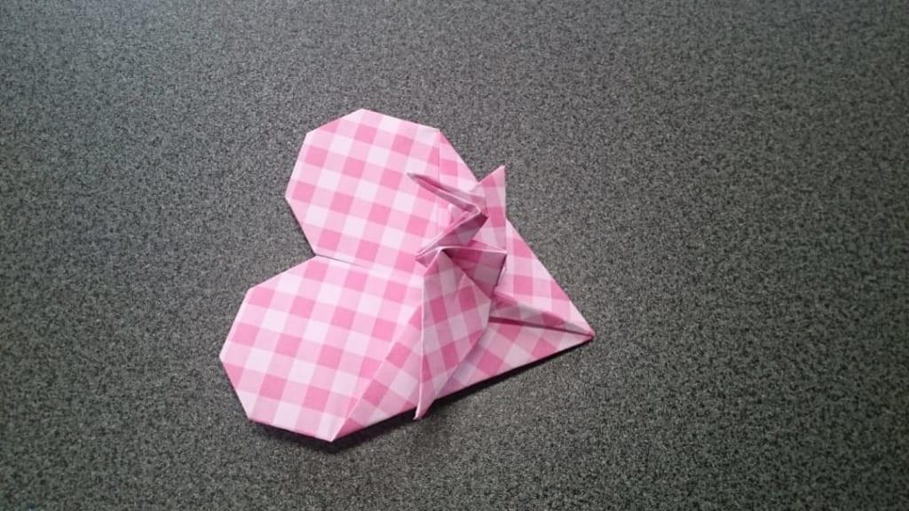 鶴連坊さんによるハートの鶴のメッセンジャー A-1の折り紙