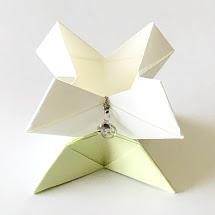 yuhpandaさんによるフラワーネックレススタンドの折り紙