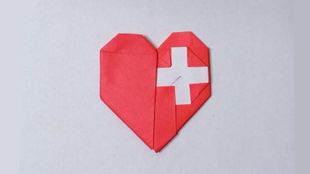 ハディさんによる医療クロスとハートの折り紙