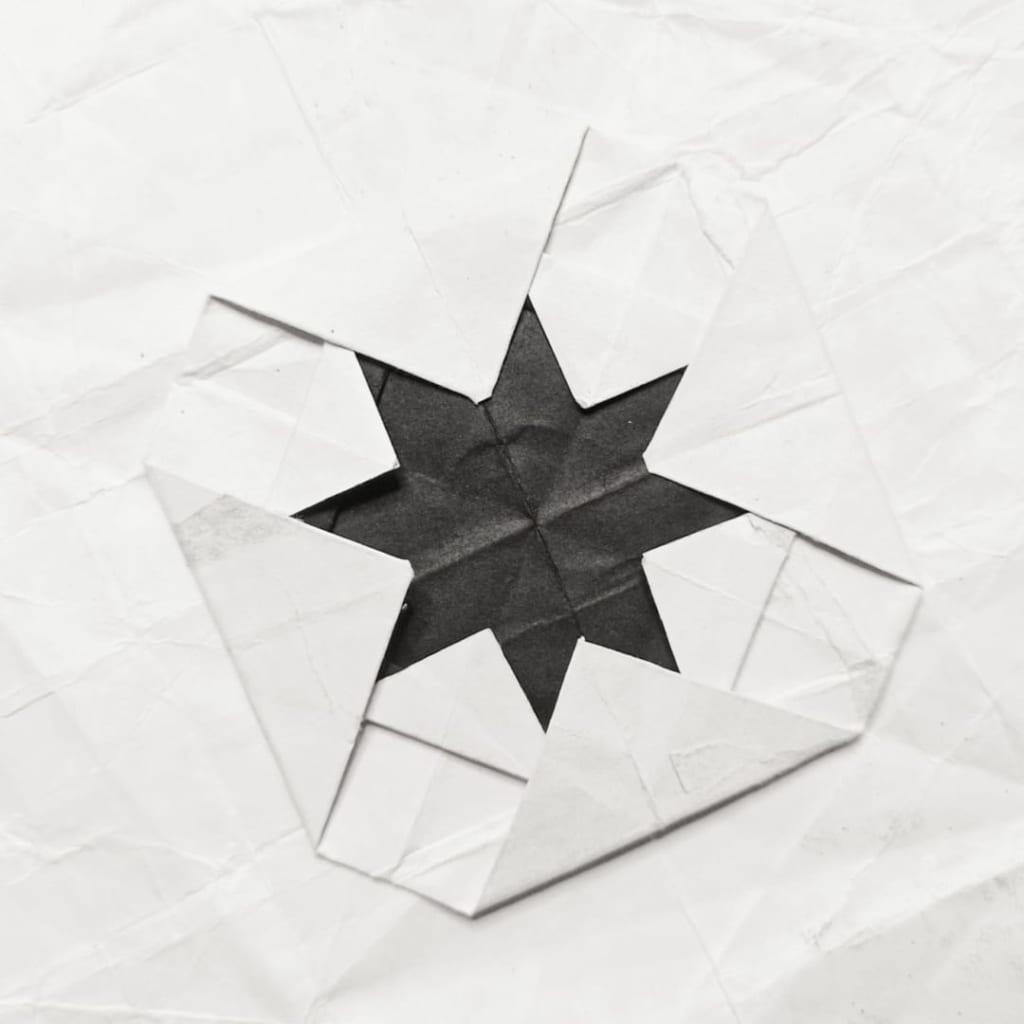 ハディさんによる8先の尖った星 ✸の折り紙